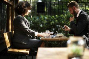 Umowa agencyjna dotyczy stałego pośredniczenia przy zawiearniu umów z klientami.